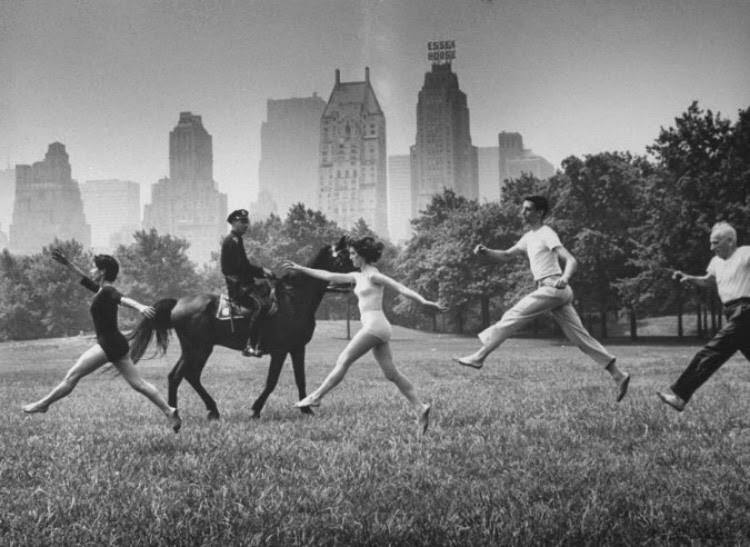 En vacances - http://www.regardaupluriel.com/wp-content/uploads/2014/07/Dancers-in-Central-Park-by-Leonard-McCombe-1961